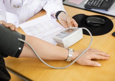 bloeddruk meten vrouw