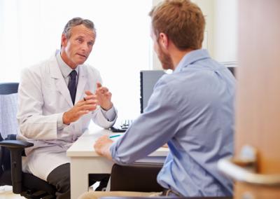 dokter praat met man